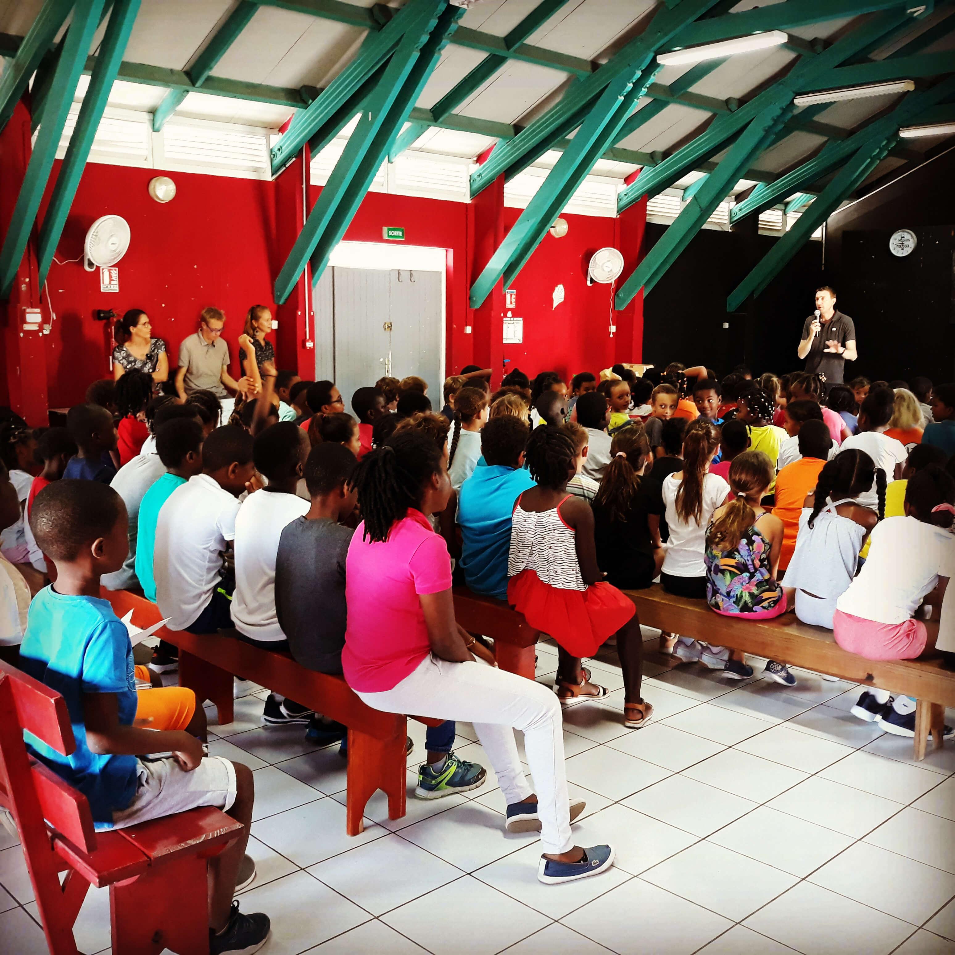 Campagne de sensibilisation au handicap par Fabrice Payen auprès des élèves de l'école mixte 1 à Sainte-Anne